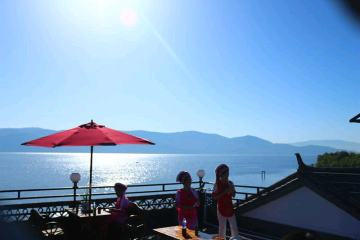 位于美丽的大理市环海路洱海边的海景房.