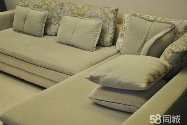 品牌为楷模100,沙发面可拆卸清洗,布面总体会灰白色,尺寸和细节详见照片; 2012年12月购置于欧亚达,正儿八经使用不到一年,布面干净,目前尚未进行拆卸清洗;都是自己用,比较爱惜,成色较好; 坐垫足够宽大,靠背可随意摆放,家里人多时,临时当个简易床也完全没问题; 主要感觉和家里装修风格不搭配,故想进行更换。 当时购买价格为7000,现4000转让,若诚心购买,价格还可商议。 另,需上门自提
