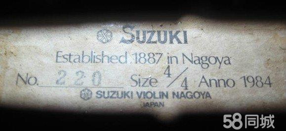 日本著名SUZUKI铃木No.220 4/4小提琴。1984年出品。总长:598MM、琴身:356MM,面板:云杉、背板:鳞片雀眼枫木2。各方面均发挥良好的小提琴。30年的琴保存相当完好。本地琴友可租用每月/50元,3个月为一租期。注:请点击发帖记录 可选购其他小提琴。