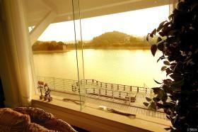 欧式海景别墅客厅长飘窗装修设计