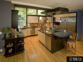 美式风格U型半开放式厨房吧台装修效果图