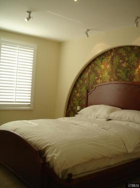 美式风格卧室碎花壁纸背景墙装修效果图
