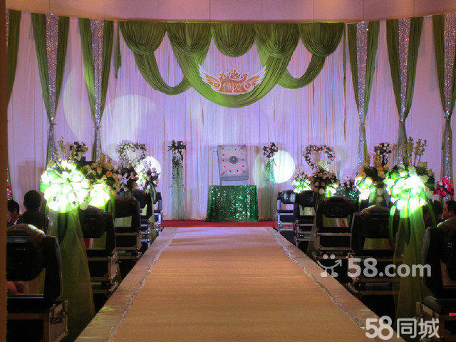 6、7、8月,三月超级特惠套餐,现价5660元,现价3660元。 人员安排 1、高级司仪一名 2、高级摄像师一名,标清摄像 3、高级化妆师一名,婚礼全程跟妆 4、提供四名现场工作人员 5、婚礼现场总督导服务 婚礼现场布置 6、舞台背景一座(唯美纱慢加绢花造型) 7、舞台背景款式任意选 8、舞台背景创意地排灯灯光 9、婚礼仪式浪漫烛台 一座 10、婚礼仪式温馨香槟塔、许愿流沙、四季之水可三选一 11、婚礼双轮遥控泡泡机一台 12、婚礼专业追光灯一台 13、投影机投影幕一套 过道区 14、幸福仪式亭或者罗马亭