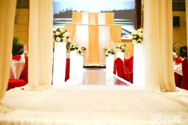 1全程策划师一名 婚前策划咨询,完全定制婚礼流程,并融入两人的爱情故事细节列明物品筹备清单,婚礼流程总控单,与所有的工作人员进行沟通协议,于酒店沟通协调,定制音乐方案,按照新人的要求,挑选出配合流程进行的音乐。 2,金牌婚礼主持人一名价值(1200元) 接受过专业播音及舞台主持训练 资深婚礼主持人婚礼经验100场以上,现场应变能力强 后期与新人见面沟通策划 3专业DJ师一名 负责婚礼中全程音乐调控,与酒店工作部协调音响测试,调试现场播放音乐用笔记本电脑,准备必要的转接线,不包含音响等硬件设置。