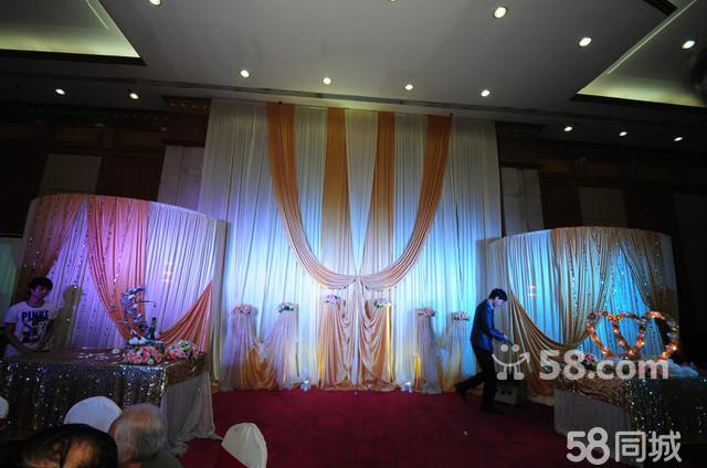 7 、8、9月,三月超级特惠套餐,原价4980元,现价2980元。 人员安排 1、高级司仪一名 2、高级摄像师一名,高清摄像 3、高级化妆师一名,婚礼全程跟妆 (免费试妆一次) 4、提供四名现场工作人员 5、婚礼现场总督导服务 婚礼现场布置 6、舞台背景一座(唯美纱慢加绢花造型) 7、舞台背景款式任意选 8、舞台背景创意地排灯灯光 9、婚礼仪式浪漫烛台 一座 10、婚礼仪式温馨香槟塔、许愿流沙、四季之水可三选一 11、婚礼双轮遥控泡泡机一台 12、婚礼专业追光灯一台 13、投影机投影幕一套 过道区 14、