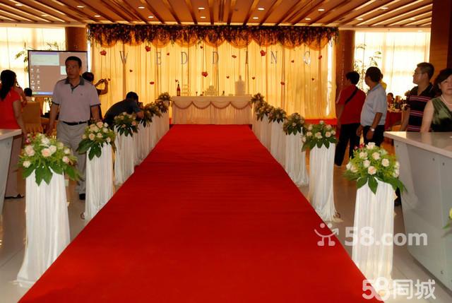幸福通道  1,十米红色地毯铺设  2,欧式绢花路引8个 (鲜花) 3,韩式